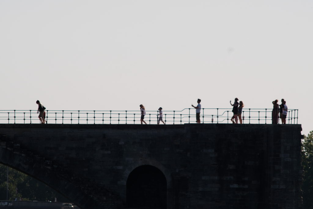 gruppo di persone su una terrazza. psicologia dinamiche di gruppo